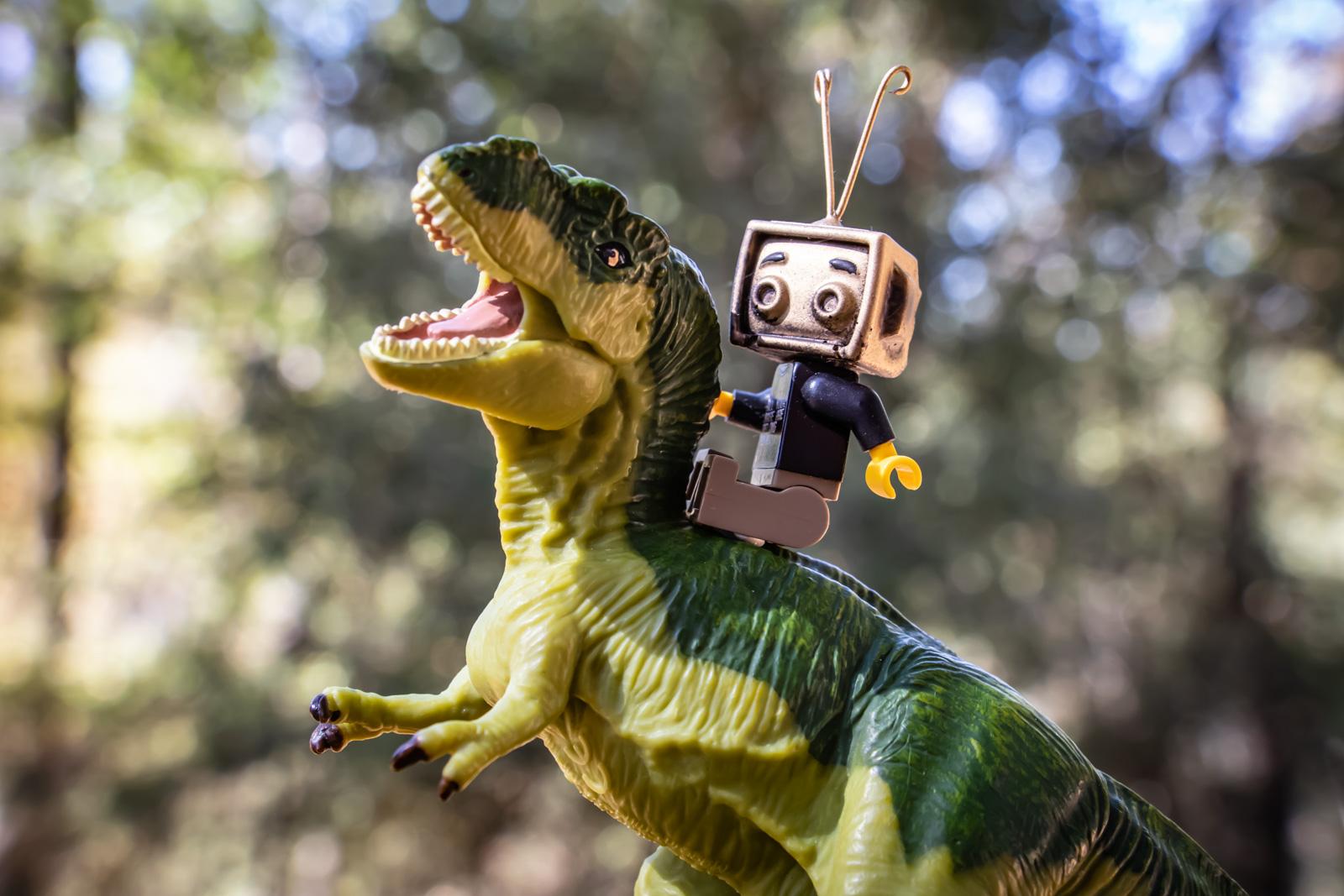 Featured Image Goldie rides Rexy - @teddi_toyworld